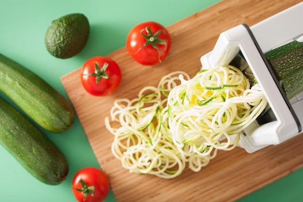 Спирализация цуккини из сырых овощей со спирализатором Premium Фотографии