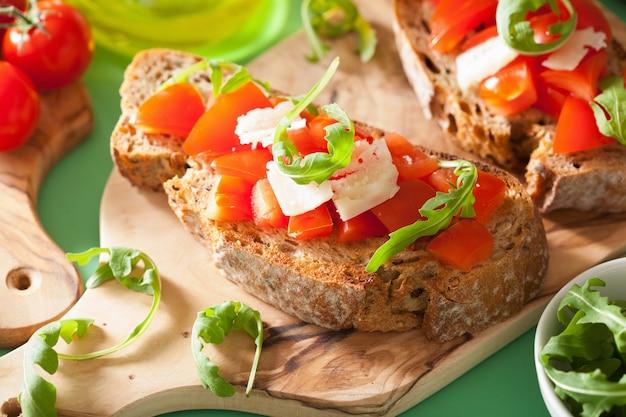 Итальянская брускетта с помидорами и пармезаном Premium Фотографии