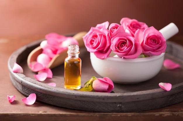 Спа-набор с розовой цветочной ступкой и эфирным маслом Premium Фотографии