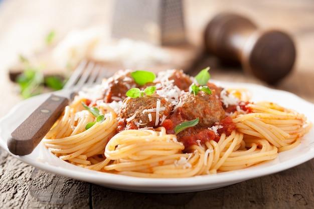 Спагетти с фрикадельками в томатном соусе Premium Фотографии