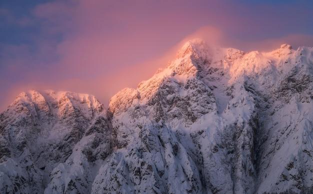 新鮮な雪で覆われた山の日の出 Premium写真