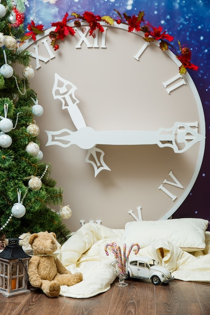 クリスマスツリーの装飾で飾られた新年の人工の大きな時間 Premium写真