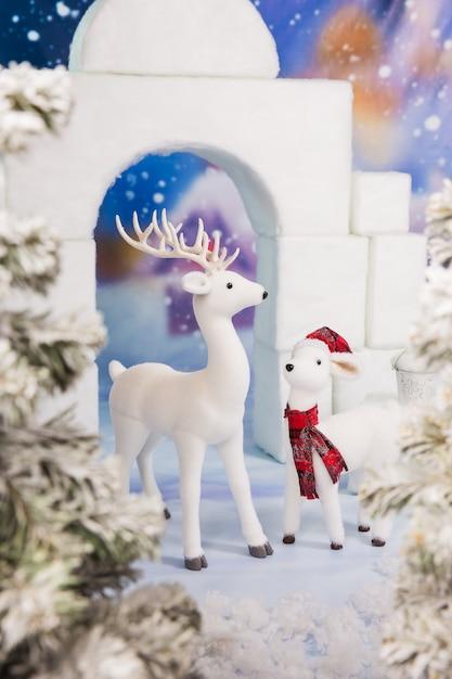 凍えるような寒さの中の雪の城。クリスマス遊び場 Premium写真