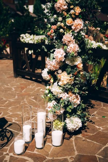 結婚式の装飾、ガラスのフラスコのキャンドル。 Premium写真