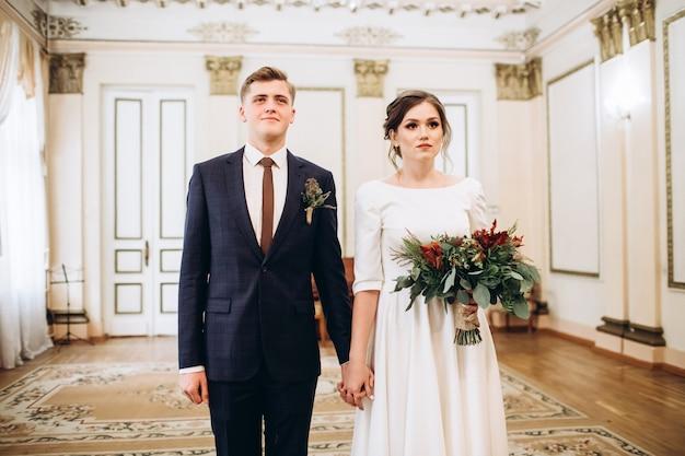 古い邸宅のウェディングドレスの若いカップル。 Premium写真