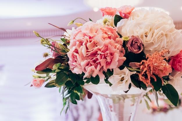 豪華な花束ピンクのバラとアジサイ。 Premium写真