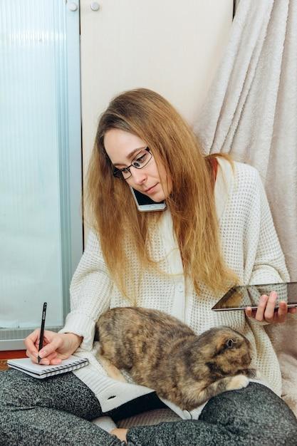 Девушка вынуждена работать на дому из-за эпидемии коронавируса. Premium Фотографии