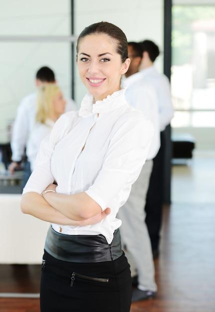 オフィスでストレスや不安を抱えるビジネスマン Premium写真