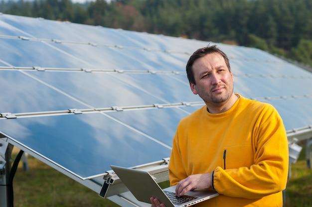 太陽電池パネルを扱う人 Premium写真