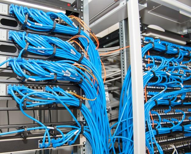 Серверная комната с роутерами и кабелями Premium Фотографии
