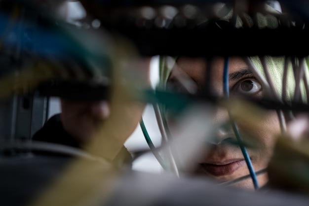 データセンターのケーブルを修復するイスラム教徒の女性 Premium写真