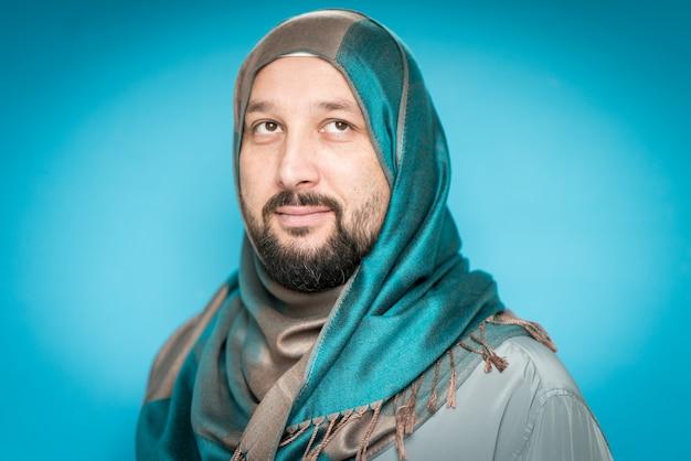 Взрослый мусульманин с шарфом на голове Premium Фотографии