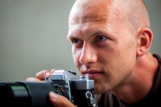 写真を撮る男 Premium写真