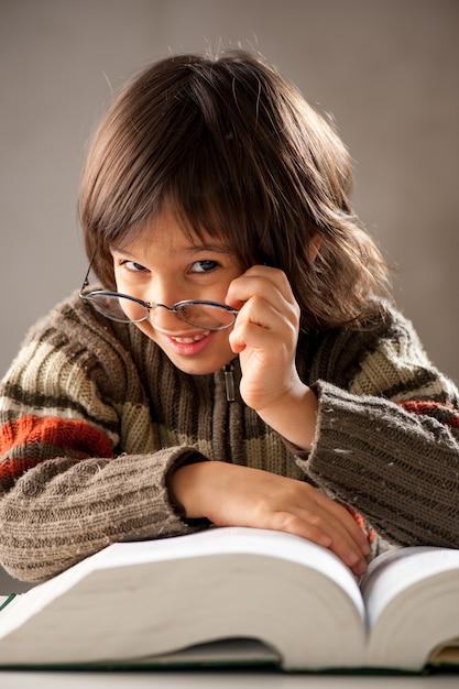 Книга чтения молодого мальчика Premium Фотографии