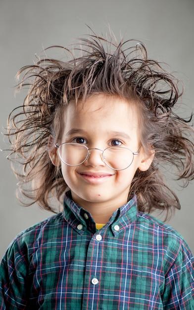 Молодой мальчик в очках Premium Фотографии