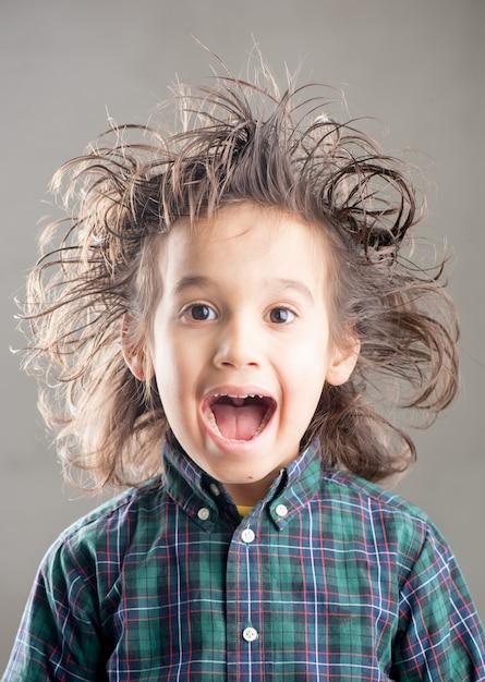 Молодой мальчик делает выражения лица Premium Фотографии