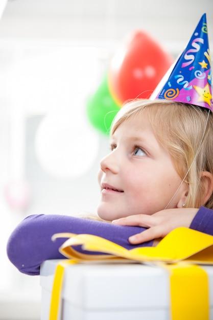 誕生日パーティーを楽しんでいる男の子と女の子 Premium写真