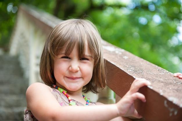 旅行を楽しんで幸せな幼児 Premium写真