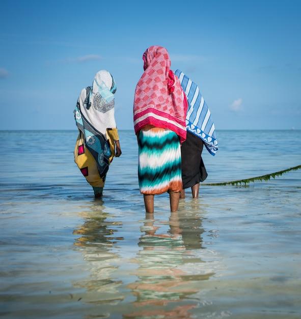 熱帯の海の水でイスラム教徒の女の子 Premium写真