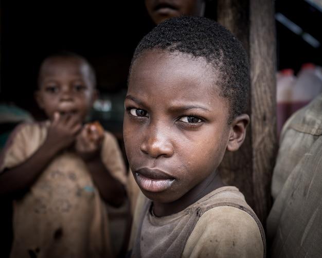 村の肖像画でアフリカの男の子 Premium写真