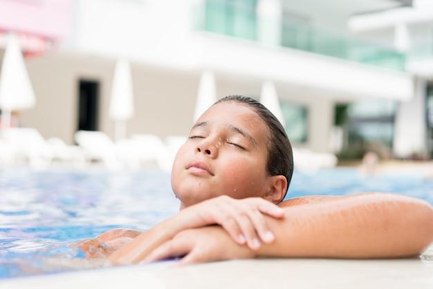 プールでの夏のリゾートで楽しむ子供たち Premium写真
