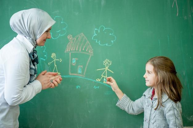 Учитель со своими учениками Premium Фотографии