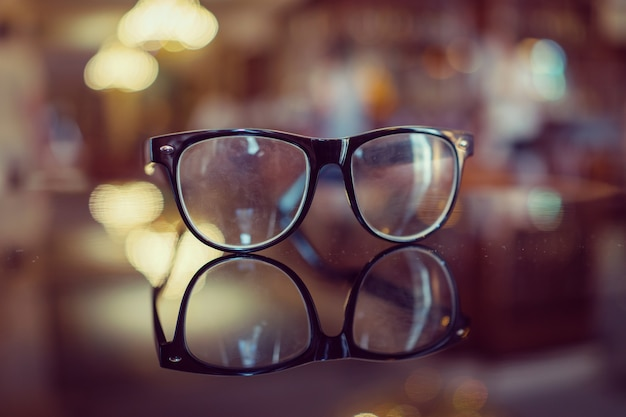 背景がぼやけた眼鏡 Premium写真