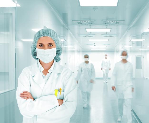 近代的な病院の研究室で科学者チーム Premium写真
