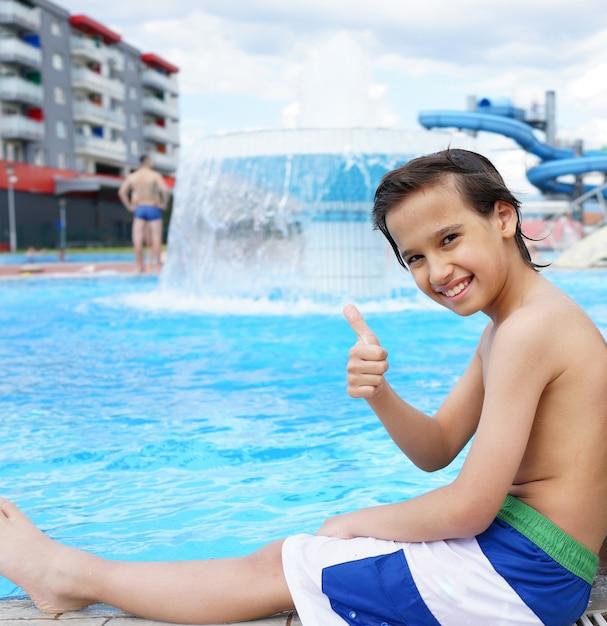 Счастливые дети, наслаждаясь летним бассейном Premium Фотографии