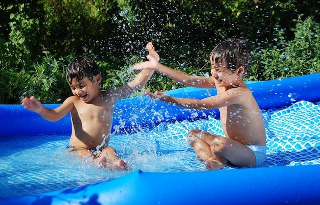夏のスイミングプールでの子供の活動 Premium写真