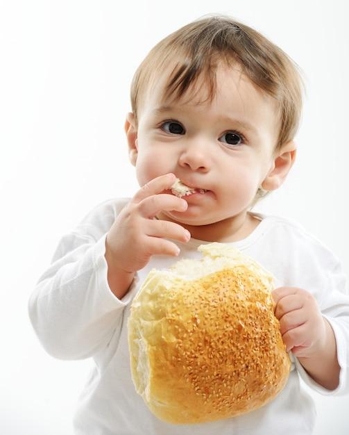 Картинки мальчик ест булку