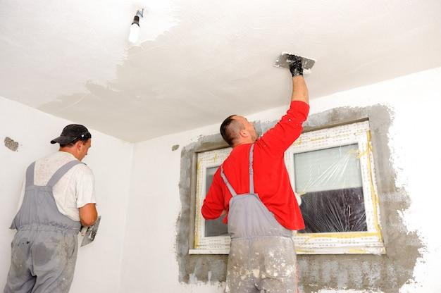 建設労働者は壁を塗る Premium写真