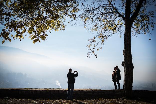 美しい公園で市街を望む人々 Premium写真