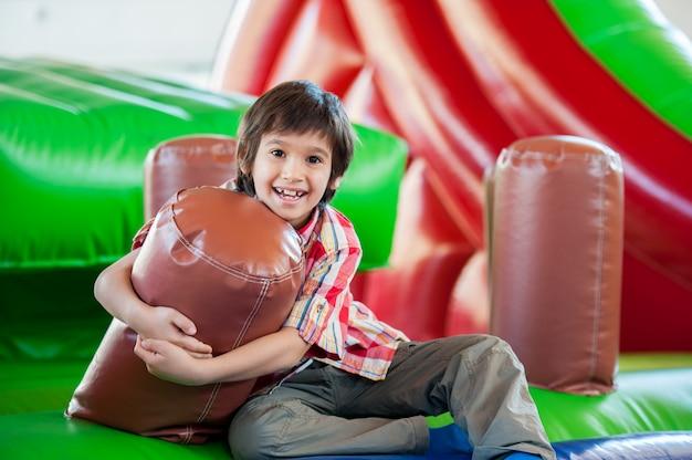 Счастливые дети на крытой игровой площадке Premium Фотографии