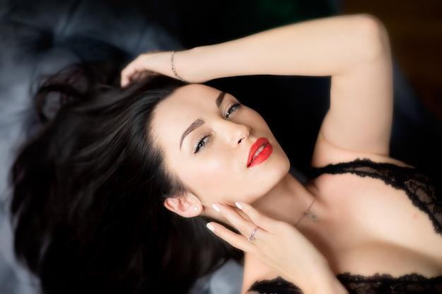赤い唇の美しさ若いブルネットの女性の肖像画 Premium写真