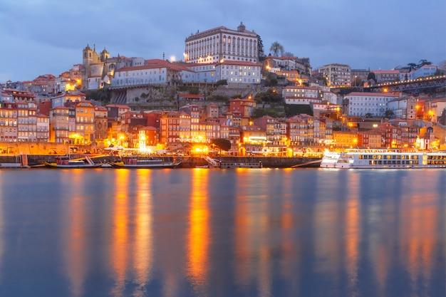 Старый город порту ночью, португалия. Premium Фотографии