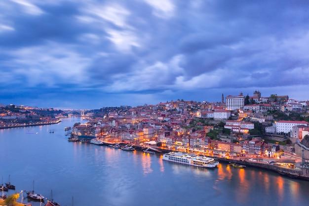 Ночной старый город и река дору в порту, португалия. Premium Фотографии