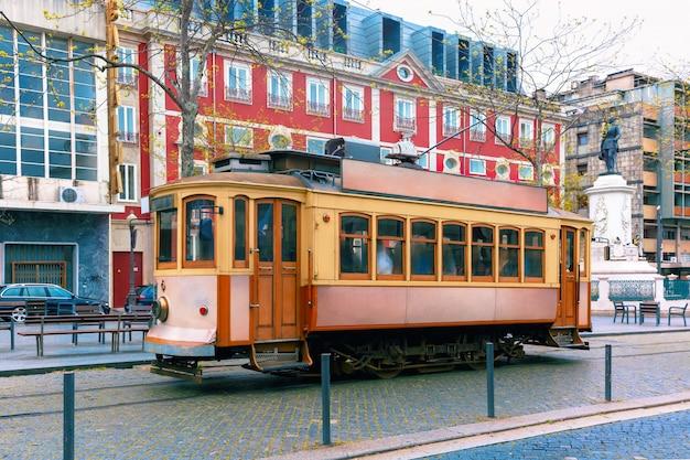 Старинный трамвай в старом городе порто, португалия Premium Фотографии