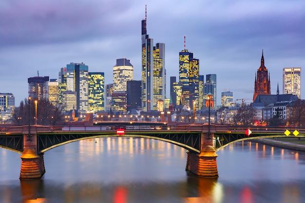 夜のフランクフルトアムマイン、ドイツ Premium写真