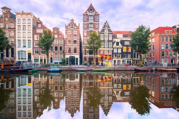 アムステルダム運河ヘレングラハトの街の夜景 Premium写真