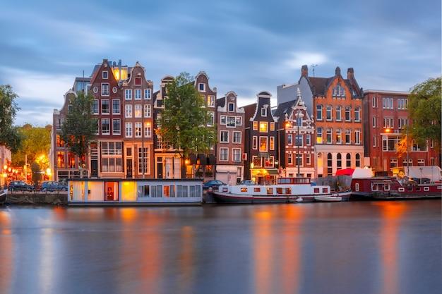 オランダの家とアムステルダムの運河の街の夜景 Premium写真