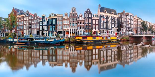 オランダの家とアムステルダム運河シンゲル Premium写真