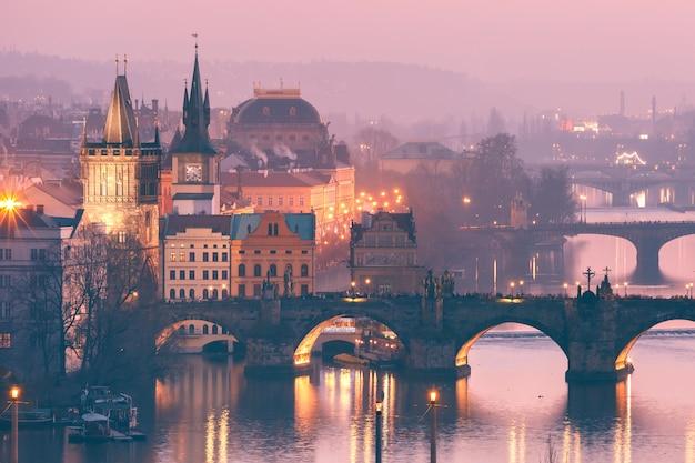 Вид сверху мостов на реке влтаве в праге Premium Фотографии