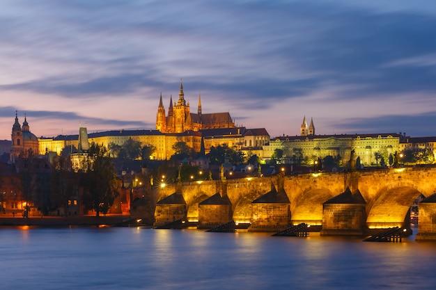 Пражский град и карлов мост на закате, чешская республика Premium Фотографии