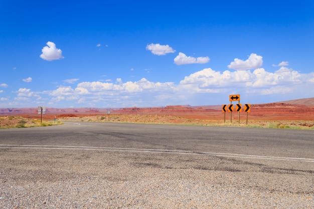 アリゾナ州の高速道路、アメリカ合衆国の風景 Premium写真