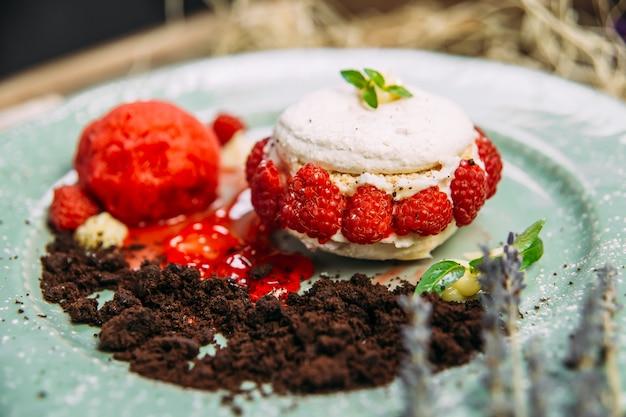 Сладкий воздушный десертный торт с малиной и мятой Premium Фотографии