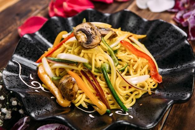 アジア風中華麺野菜とキノコ Premium写真