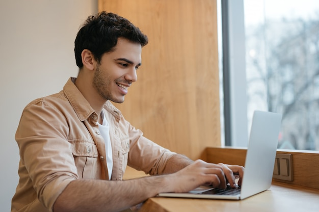 Индийский программист с помощью ноутбука, работая дома Premium Фотографии