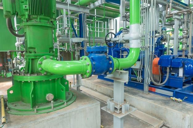 発電所の冷却塔のポンプと鋼のパイプライン Premium写真