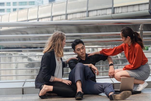 ビジネスのグループが失敗または失敗の概念、都市に座る Premium写真